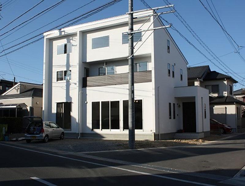 1階と2階で居住スペースを分けずに、共同スペースを中心とした二世帯住宅のメイン写真